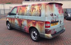 Die Jungs von Clyde Wraps aus Glasgow sind Meister im Bereich Vollverklebung von Fahrzeugen. Egal ob man Bock auf ne neue Farbe hat oder sein Gefährt in einen fahrenden Werbeblock verwandeln will. Vor einiger Zeit erhielten sie einen besonderen Auftrag. De