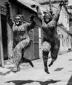 Jumping cats in Rio de Janeiro Vintage Photography, White Photography, Funny Photography, Tanz Poster, Tableaux Vivants, Image Chat, Mode Outfits, Old Photos, Black And White