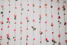 Lag din egen blomstervegg! Enkel og lekker idé til bildevegg eller generell dekor på den store dagen.