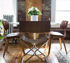 Gentlemen's Club-Meets-Treehouse Style in Brooklyn Dining Area, Kitchen Dining, Dining Chairs, Dining Room, Warm Industrial, Industrial Style, Industrial Dining, Brooklyn Apartment, Hello Gorgeous