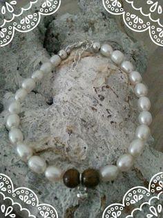 https://www.facebook.com/parelsenstrikjes De 'moeder' armband uit de serie TO Armband Bo €20.95  Gemaakt van de tijgeroog kraal gecombineerd met sterling zilver en zoetwaterparels