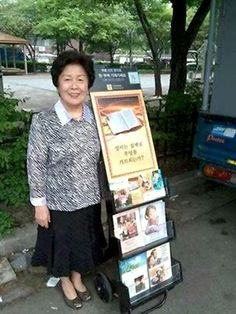 En China, hermana en la predicación pública.  - In China, our sister standing by public witnessing