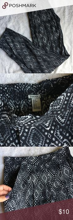 Forever 21 Black & White Harem Pants These harem pants are super comfortable and flowy. They have pockets on both sides. Pair them with a black or white crop top and some sandals! Size small Forever 21 Pants
