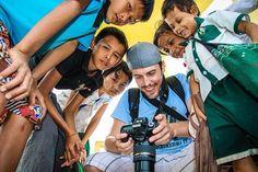 Enseñando las fotos a los niños birmanos a los que estuvimos #dandolachapa de @Camaloon. #myanmartrip#mochileros