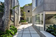 In São Paulo haben Metro Architects ein filigranes Haus aus Beton gebaut. Wir finden: eine gelungene Reduktion aufs Wesentliche.  _____________________________ Bildgestalter http://www.bildgestalter.net