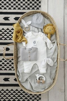 Ensemble combinaison + corps + couverture - All things baby and children menino meninas Baby Girl Gift Baskets, Baby Shower Baskets, Baby Hamper, Baby Gift Box, Baby Box, Baby Girl Gifts, Baby Shower Gifts, Free Baby Stuff, Newborn Gifts
