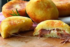 Bombs potatoes with ham and provolone quick recipe Greek Recipes, Fruit Recipes, Quick Recipes, Brunch Recipes, Appetizer Recipes, Cooking Recipes, Kid Friendly Appetizers, The Kitchen Food Network, Greek Cooking