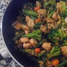Peito de frango com legumes salteados em caril, gengibre e coentros