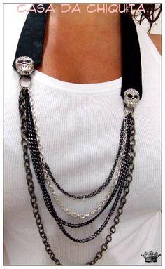 Colar feito com tecido na cor preta, com detalhes em correntes e pra dar aquele charme caveirinhas com strass. R$ 39,90