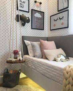 quartos modernos de solteiro decorado com papel de parede de bolinha quadros decorativos e criado mudo suspenso
