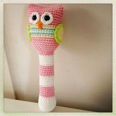 Rammelaar Uil Patroon Wat is nou leuker dan om zelf een rammelaar te maken? Nog meer haken haha! De Uil staat centraal om mijn j... Crochet Baby Toys, Diy Crochet And Knitting, Baby Blanket Crochet, Crochet For Kids, Easy Crochet, Owl Crochet Patterns, Crochet Owls, Crochet Bebe, Crochet Embellishments