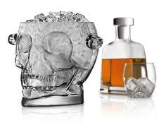 Je gasten ijsblokjes aanbieden op een feestje doe je vanaf nu in stijl. Deze glazen design schedel kan tot 1,6 liter ijs opslaan. Daar kunnen al heel wat drankjes mee gekoeld worden. Ideaal dus voor Halloween party's of gewoon voor liefhebbers van gothic accessoires. Maar hij is even handig om bijvoorbeeld snoepjes in te presenteren. En misschien krijg je zelf nog wel meer toepasselijke ideeën in je hoofd. Letterlijk dan in dit geval...