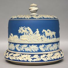 Rare Wedgwood Cheese Dome with Hunting Scene, late XIX century, H 25 - diameter 26,5 cm.