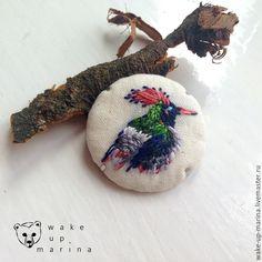 Купить Брошь с миниатюрной ручной вышивкой птицы . Вышивка гладью . Подарок - белый, вышивка, птица