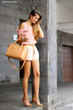 модная одежда для лета: элегантные шорты и нежно-розовая блузка