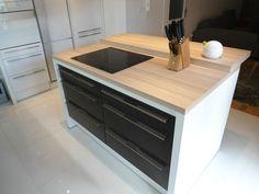 #dankuchen design keuken. Fantastische combinatie van hoogglans wit, zwarte fronten en glazen achterwand met fotoprint. Het kookeiland bied voldoende zitgelegenheid voor een gezellige kooksessie !