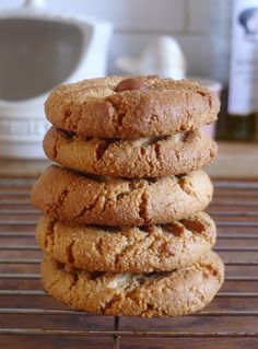 Like halva these cookies are made from sweetened sesame. These tahini cookies are gluten free, suitable for vegan or paleo tribes and are delicious! Vegan Snacks, Healthy Treats, Healthy Desserts, Vegan Recipes, Banting Recipes, Vegan Treats, Easy Snacks, Tea Cakes, Shortbread