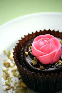 One Bowl Chocolate Cupcakes Cupcakes Lindos, Cupcakes Flores, Yummy Cupcakes, Mango Cupcakes, Pretty Cupcakes, Beautiful Cupcakes, Dark Chocolate Cupcakes, Chocolate Ganache, Dessert Chocolate