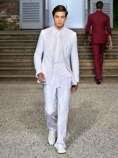 Unos hombres vestidos de blanco