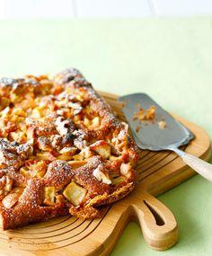 Valkosuklaa-omenapiirakka – kurkkaa resepti! | Meillä kotona Pepperoni, Baking Recipes, Waffles, French Toast, Deserts, Food And Drink, Pizza, Treats, Breakfast