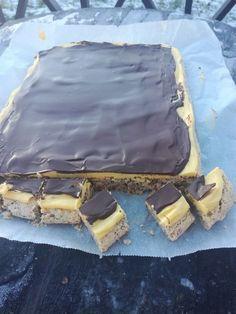 """Vi i Kristiansand har et uttrykk som heter """" nå ble æ så kjesken"""". Det er da man har lyst på noe godt og disse kjesk-bitene passer så godt til dette utrykket, da de smaker helt fantastisk. 400 gr malte mandler 400 gr melis 6 eggehviter Gulkrem: 6 eggeplommer 200 gr sukker 2,5 dl fløte… Sweets Cake, Cupcake Cakes, Norwegian Food, Scandinavian Food, Foods With Gluten, No Bake Desserts, Let Them Eat Cake, No Bake Cake, Cookie Recipes"""