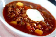 Värmande gulaschsoppa, nya lakan och jakten på duken.   MATPLATSEN