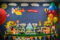 Um dos desenhos mais queridos do momento! Gente, como não amar o Mundo Bita? Que desenho incrível, com mensagens e músicas fofas! Com certeza, dez entre dez bebês amam. Por isso, a mamãe Carina não teve dúvida em escolher o tema para a festa de 1... Projects To Try, Birthday, Inspiration, Balloon Template, Mickey Party, Festivus, Speech Balloon, Events, Biblical Inspiration