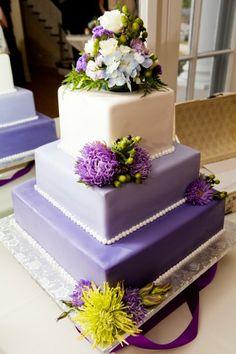 Torta cuadrada con flores naturales
