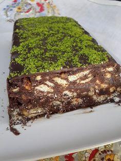 Bu aralar hep kolaya kaçar oldum en sevdiğim pastadır mozaik pasta... böyle bol cikolatali ve bol cevizli olursa dahada lezzetli olu...