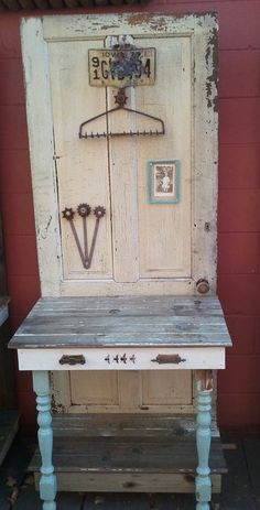 Potting bench, made from an old door, table legs, and other repurposed deliciousness. Old Screen Doors, Old Barn Doors, Vintage Doors, Shabby Vintage, Barn Door Tables, Old Shutters, Bedroom Shutters, Repurposed Shutters, Doors