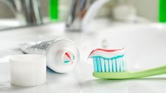 Mindestens zwei Mal täglich sollte jeder zu Zahnbürste und Zahnpasta greifen. (Quelle: Thinkstock by Getty-Images)