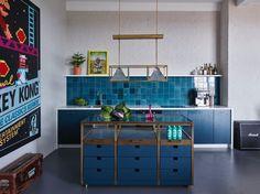100 Cozinhas com Ilha Central: Projetos e Fotos Incríveis American Kitchen, Loft, House Colors, Home And Living, Corner Desk, Buffet, Kitchen Design, Cabinet, Interior Design