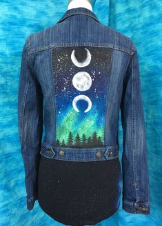 Little Jean Jacket Handbemalte Upcycled Jeansjacke Moonphase Upcycle Vintage Woman Jacket - DIY-Jeans Painted Denim Jacket, Painted Jeans, Painted Clothes, Hand Painted, Diy Jeans, Jean Jacket Outfits, Denim Outfits, Jacket Jeans, Denim Dresses