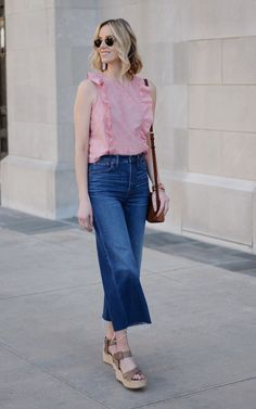 Ever wondered what shoes to wear with cropped jeans? I have you covered in this long post with all the options plus easy dos and don'ts with example photos. Cropped Jeans Outfit, Outfits Jeans, Flare Jeans Outfit, Cropped Wide Leg Jeans, Kick Flare Jeans, Jeans Outfit Summer, Mode Outfits, Summer Outfits, Summertime Outfits