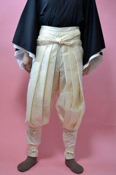 ダウンロード価格  900円 印刷済み 1400円こちらの袴もどきが作れる「型紙」です。和裁の本のサイズを忠実に再現したものです。大正時代の本なので当時の身長が低かったせいか、…
