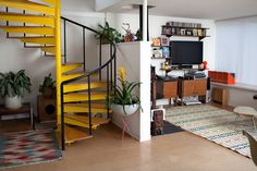 Yellow Spiral Stairs in the home of Shirly Kurata Pretty in Pink Red Spiral staircase Rainbow Staircase in an Ultra-modern hou. Yellow Stairs, Interior And Exterior, Interior Design, Painted Stairs, Staircase Design, Mellow Yellow, Bright Yellow, Decoration, Interior Inspiration
