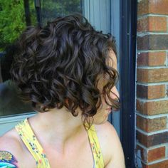 I like the lift in the back of her hair. Cute hairstyle. Deep brown angle cut #curly #bob