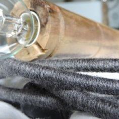 Lampe baladeuse à brancher avec câble électrique recouvert de laine couleur gris souris. Embout bobine en bois issue d'une ancienne filature. Système électrique avec douille blanche intégrée dans la bobine en bois, pour ampoule petit culot à vis et embout noir pour le branchement à une prise de courant.  Dimensions : longueur du câble 3,70m + longueur bobine bois 26cm. Ampoule non fournie.
