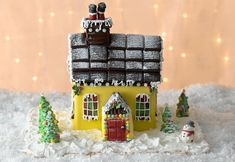 Try your hand at this show-stopping Christmas House Cake! Chocolate House, Chocolate Cake, Christmas Cake Decorations, Holiday Decor, House Cake, Xmas Food, Christmas Baking, Christmas Crackers, Homemade Cake Recipes