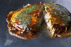 1950年創業の老舗有名店広島「みっちゃん」。コクのあるオリジナルソースと、旨味を引き出したキャベツが美味しさの秘訣。