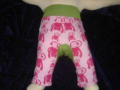 Diese tolle Hose hat im Windelbereich einen süßen Einsatz.    Die Hose ist durch das Bündchen sehr bequem und lässt sich schnell an- und ausziehen....