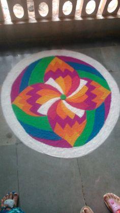 simple n classy rangoli Very Easy Rangoli Designs, Indian Rangoli Designs, Beautiful Rangoli Designs, Simple Rangoli, Rangoli Colours, Rangoli Patterns, Rangoli Ideas, Kolam Rangoli, Rangoli Painting
