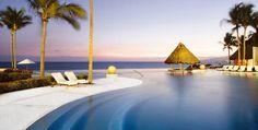 Решитесь исполнить свою мечту и встречайте Новый год под пальмами, в шикарном отеле у сверкающего синего океана!