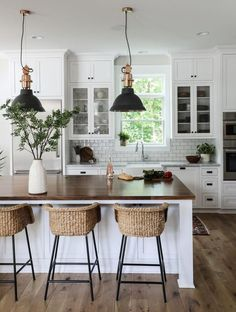 This modern farmhouse kitchen = Definition of love at first sight. Photo and design by This modern farmhouse kitchen = Definition of love at first sight. Photo and design by Modern Farmhouse Kitchens, Farmhouse Kitchen Decor, Home Decor Kitchen, New Kitchen, Home Kitchens, Kitchen Ideas, Kitchen Modern, Bar Stools Kitchen, Kitchen Cabinets
