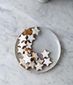 mini gingerbread star cookies, so charming! Noel Christmas, Christmas Baking, Christmas And New Year, All Things Christmas, Winter Christmas, Christmas Cookies, Xmas, Christmas Dance, Classy Christmas