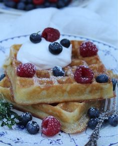Klassiska belgiska våfflor Pancakes And Waffles, Fika, Blondies, Brunch Recipes, French Toast, Breakfast, Desserts, Glass, Recipes