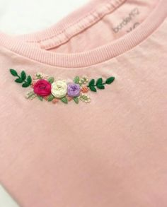 Diy Embroidery Flowers, Baby Embroidery, Shirt Embroidery, Hand Embroidery Patterns, Handmade Embroidery Designs, Grandma Crafts, Embroidery Stitches Tutorial, Brazilian Embroidery, Embroidered Clothes