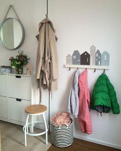Unsere Kundin Nina W. hat aus dem Limmaland Lille Hus Wandtatto und der IKEA RIBBA/MOSSLANDA eine tolle Garderobe gemacht.
