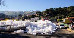 23.jun.15 - A espuma da poluição do rio Tietê avança sobre áreas urbanas de Pirapora do Bom Jesus (54 km de São Paulo). O tráfego de veículos chegou a ser prejudicado. Outras cidades da região também registraram casos semelhantes. A espuma, além de detergente, tem produtos químicos e pode ser prejudicial à saúde. A foto foi feita no dia 22 de junho