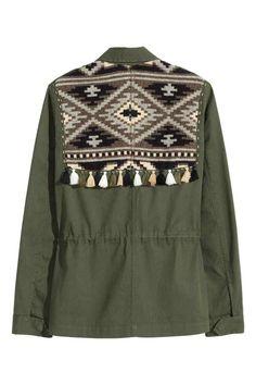 Jachetă cargo: Jachetă din twill din bumbac cu platcă din ţesătură jacard, cu broderie cu mărgele în partea de sus, cu barete pe umeri, cu buzunare cu clapă, cu capse ascunse în faţă şi cu şnur în talie. Necăptuşită.